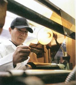 偏光レンズは、偏光フィルター&偏光フイルムをレンズに挟み込んで制作します。