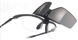 度つきスポーツグラスに適した跳ね上げメガネフレームは、ゴルフ時にとても便利なスポーツメガネ。