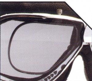 スクーターどきのメガネ装用は煩わしいことも多く、スクーター用ゴーグル度つきをご提案。