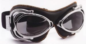 バイク時のメガネ装用は煩わしいことも多く、度入りバイク用メガネをご提案。