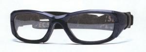 眼鏡をかけてフットサルを行う時の目の怪我を予防する度入りゴーグルのご提案眼鏡店。
