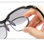 跳ね上げ式度つきサングラスは、遠近両用サングラスとしても便利です。
