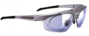 眼鏡をかけなければならない方に登山に適した度入りサングラスがあります。
