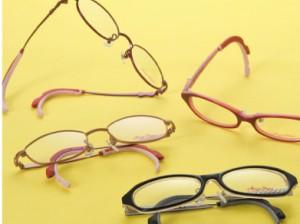 子供用のテニスどきのスポーツメガネをふだんメガネと兼用できるグッズのご紹介。