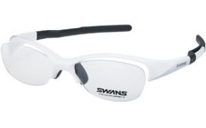 スポーツどき特有の環境下においてかける眼鏡は、スポーツ用メガネとして設計されたフレームを選ぶこと。