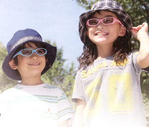 子どものサングラスは、年々重要になり目の保護として子供用サングラスが必要です。
