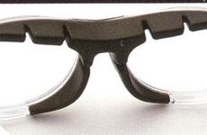 メガネを使用してバスケットボールを行う危険は多く、バスケット用度つきゴーグルを提案。