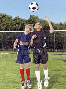 子どもサッカーメガネを装用してヘッディング
