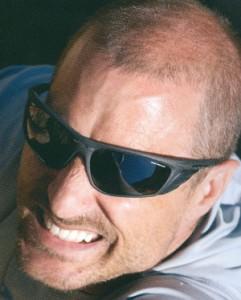 トレッキング用サングラスとして、左右からの光の侵入をカットしたスポーツサングラスです。