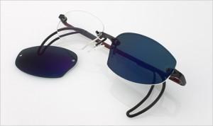 テニスめがねとテニス用サングラスと普段のメガネの3役を1本のメガネでご愛用できます。