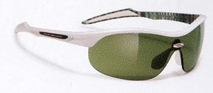 ゴルフ用スポーツサングラスは一般サングラスと違ってボールをハッキリとらえます。