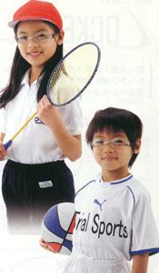 眼が悪いお子様のこどもスポーツグラスには、メガネタイプやゴーグルタイプがあります。