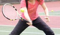 スポーツサングラステニス用は硬式の場合に黄色ボールをハッキリさせるカラー選びが大切。