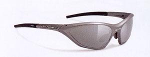 トライアスロン向きのスポーツサングラスは、ランニングや自転車時の集中力を保つサングラスが必要。