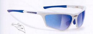 スポーツグラスのサングラスには、登山やトレッキングに適したスポーティなサングラスがあります。