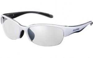 ミラータイプの女性用テニスサングラスは、プレーの集中力を高めるサングラスです。