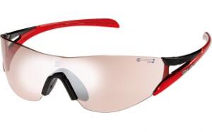 女性用マラソンサングラスは、ランニングどきの上下動やファッション性を加味して設計。