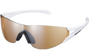 ランニングサングラスは走行中のサングラスを掛けていることを忘れさす設計になっています。