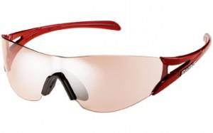 ランニングサングラスは、左右上下からの風や光の入り込みが最小限なサングラスが必要。