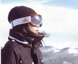 女性用スノーゴーグル選びは、スキーやスノーボード時キュートなデザイン探しも重要。