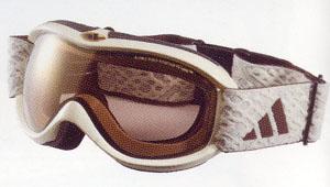 眼鏡が必要な女性の方に、ゴーグルの内側にインナーフレームを取り付けるゴーグル。