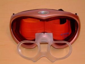 子ども用ゴーグルの内側に度入りのインナーフレームを製作することができます。