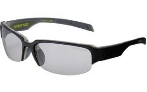 野球に適したサングラスとして、ズレにくく安全な設計・素材を提案したスポーツサングラス。