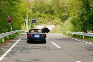 ドライブどきのトンネル走行に便利な跳ね上げサングラスのご提案ショップ。