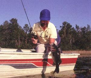 遮光レンズカラーは釣りどきの煩わしい水面からの反射を緩和するサングラスです。