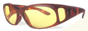 テニスどきに眩しさの原因となる波長の光と紫外線をカットする遮光サングラス。