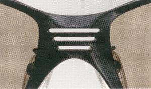 集中力を妨げる余計な光の侵入を防ぎ、通気性も考慮して設計された偏光サングラス。
