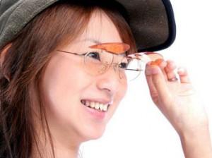 跳ね上げサングラスは、ドライブ、釣り、野球どきに便利なサングラスです。
