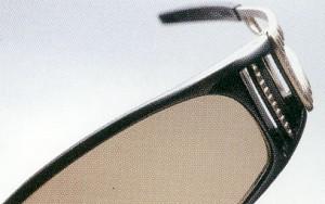 ゴルフ時の芝面の反射、車のダッシュボードの反射を抑制する偏光サングラス。