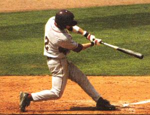 野球どきの打者が炎天下でボールを見るときに最適なスポーツサングラスをご提案。