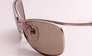 偏光サングラスは眩しさだけをカットする一般サングラスと違って乱反射も合わせてカット。