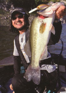 釣りどきに状況に応じた偏光サングラスカラーを掛けると、水中の変化や魚もより見やすくなります。