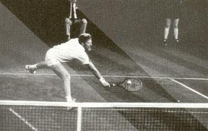 テニスにおけるメガネの装用はハンディですが、テニスに適したスポーツグラスがあります。