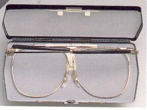 コンパクトなメガネフレームは旅行どきやスペアメガネとして便利な眼鏡フレームです。