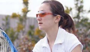 女性のテニスどきのサングラスに適したテニス用サングラス選びはレンズカラーが大切