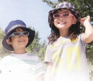 子供の眼もサングラスで紫外線対策が必要です。