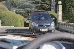 車のダッシュボードの反射等を取り除く機能に偏光サングラスがあります。