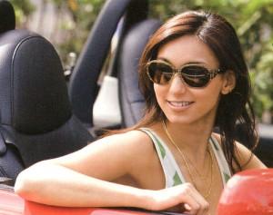 長時間の運転に欠かせない快適な度付きサングラス選びはレンズの性能で差がでます。